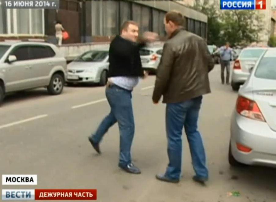Нападение у СК на журналиста России 1.mp4_snapshot_01.27_[2014.06.21_15.10.52]