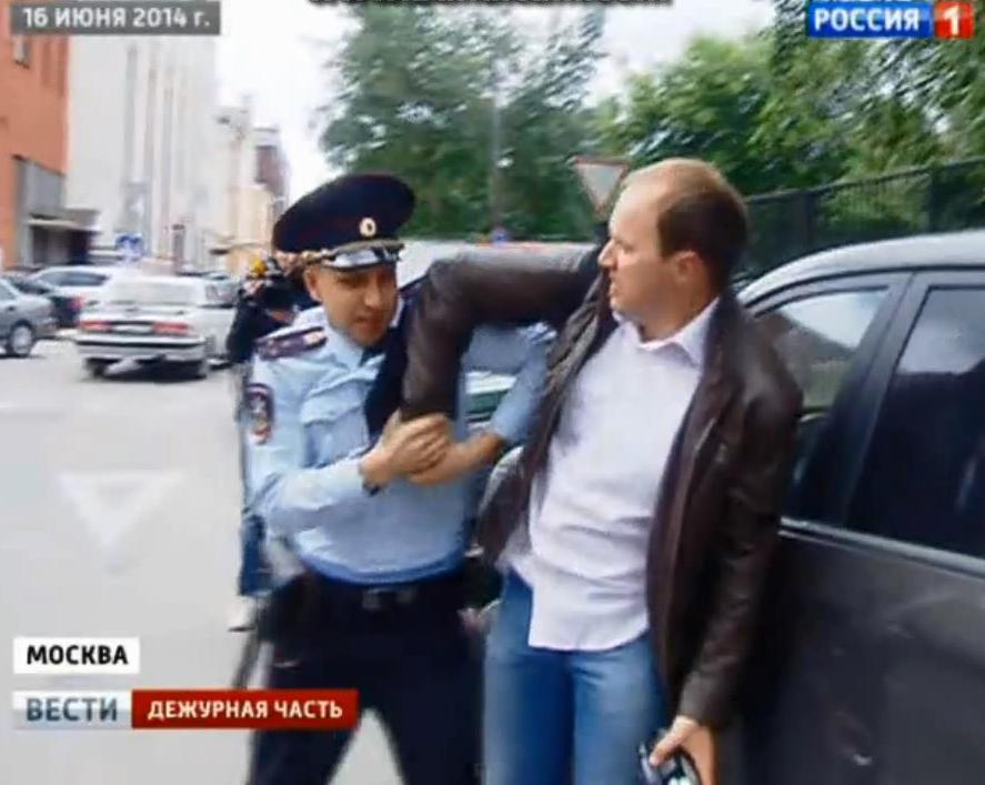 Нападение у СК на журналиста России 1.mp4_snapshot_02.16_[2014.06.21_15.12.45]