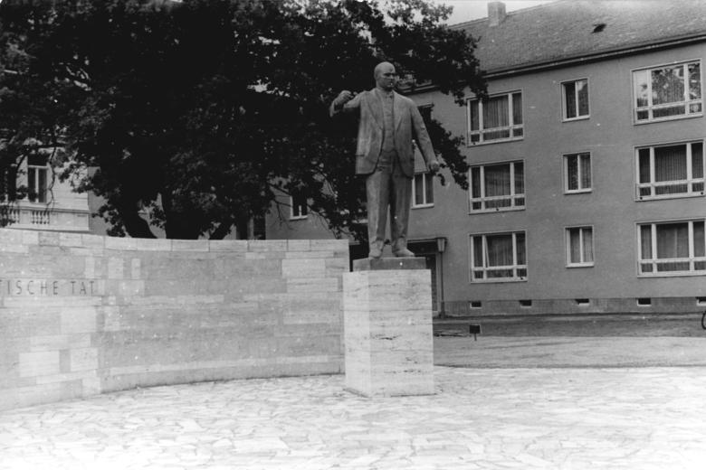 Bundesarchiv_Bild_183-57646-0002,_Weimar,_Ernst_Thälmann-Denkmal.jpg