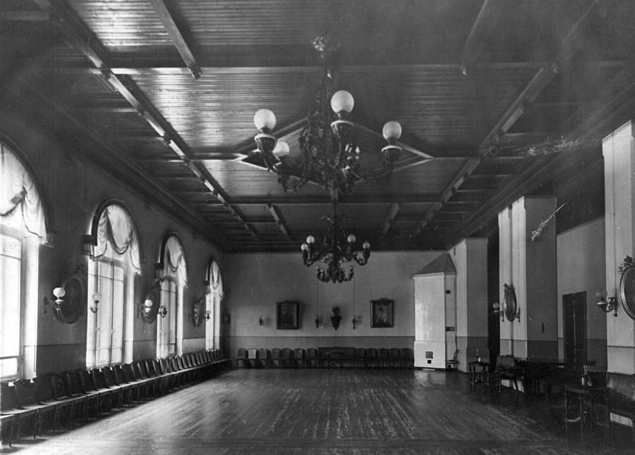 05. Танцевальный зал в помещении приюта.jpg