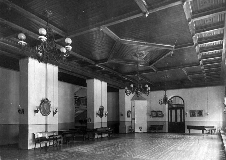 06. Танцевальный зал в помещении приюта.jpg