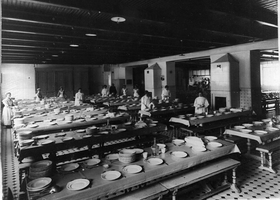 16.Группа дежурных по столовой накрывают на стол перед обедом.jpg