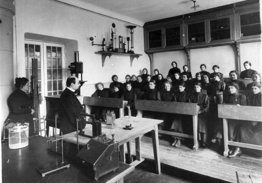 19. Группа учащихся на уроке физики.jpg