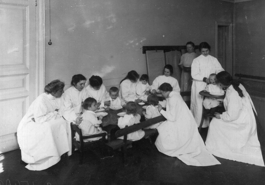 24. Группа воспитанников младшего возраста за обедом.jpg