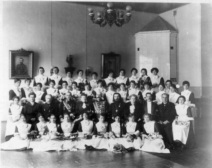 32. Группа воспитанниц с гостями и преподавателями. 1916.jpg