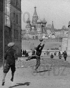 Игра в футбол. Москва 1958г. Фото: Петерсон Демарест