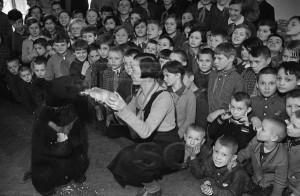 Известная детская писательница-анималист Вера Чаплина (Михайлова) демонстрирует зверей детям. Фото М.Маркова-Гринберга. 1930-е годы