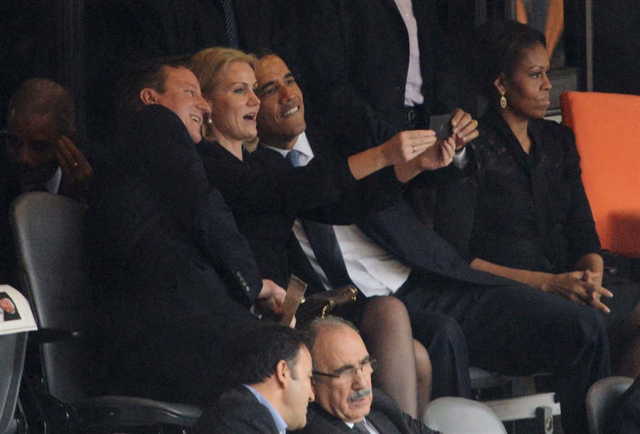 pb-131210-obama-cameron-selfie-nj.photoblog900[1]