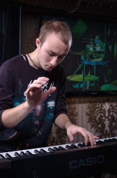 Игра на клавишах (Александр Якубович - клавиши)
