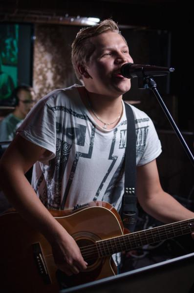 Пение в микрофон (Никита Тананыкин - гитара, вокал)