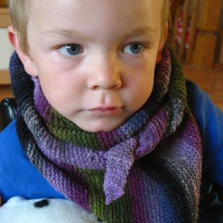 ...может хоть так будут в холод уши закрывать, да и шея чуток прикрыта. под катом ещё варианты чужих шарфиков.