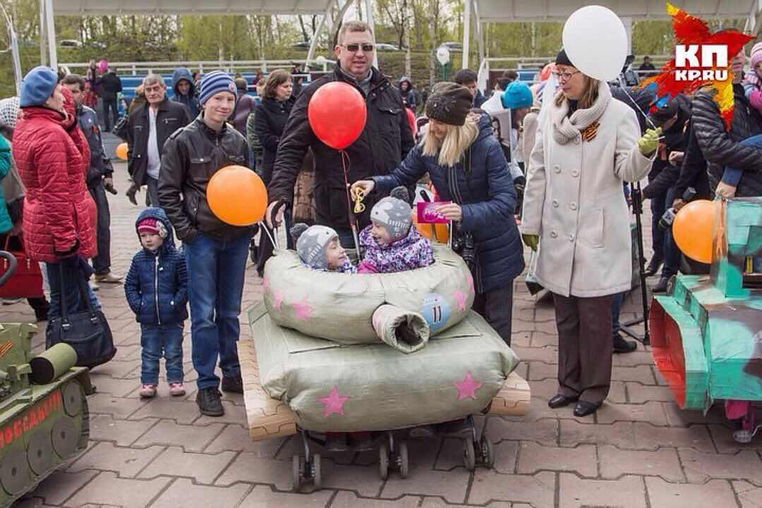 Парад колясок, замаскированных под танки