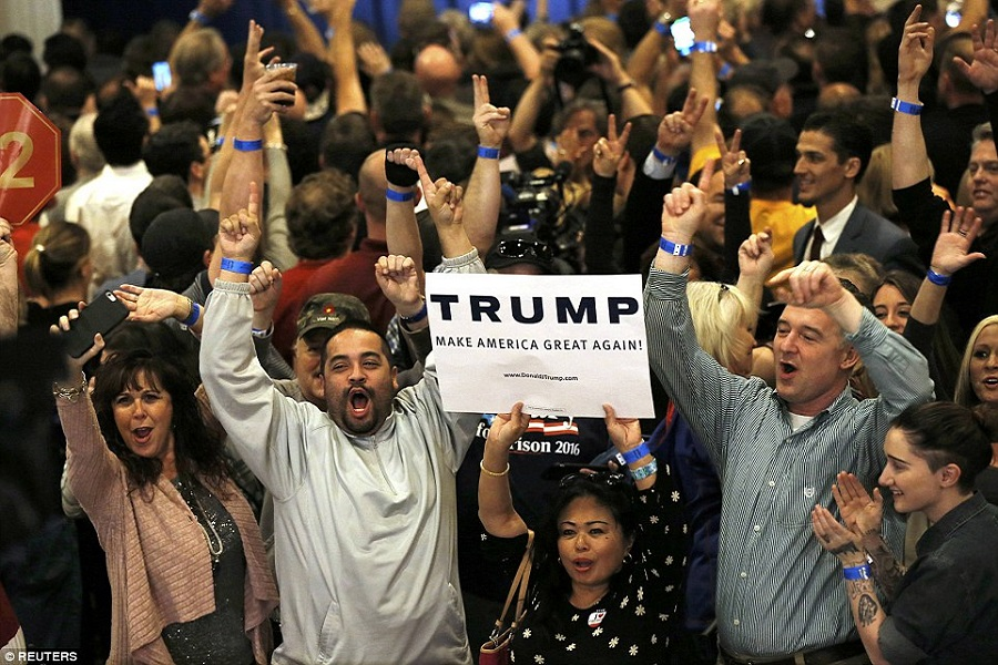 318027BF00000578-3461276-Trump_has_dominated_Supporters_celebrate_as_television_networks_-a-91_1456295938506.jpg
