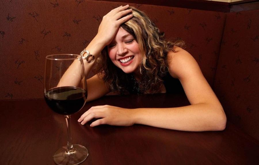 пьяная девушка на работе