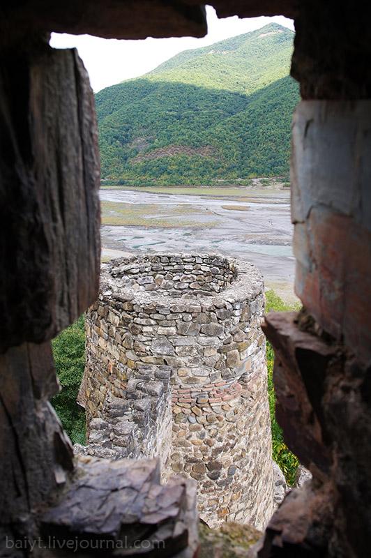 Вид из башни крепости Ананури