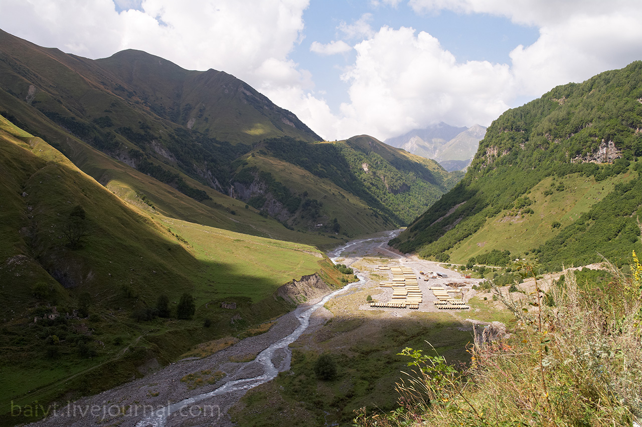 Долина реки Арагви и строящаяся небольшая ГЭС
