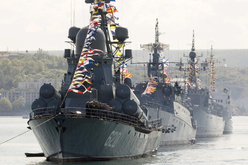 Вторая парадная линия кораблей ЧФ по случаю Дня ВМФ. Середина 2000-х.
