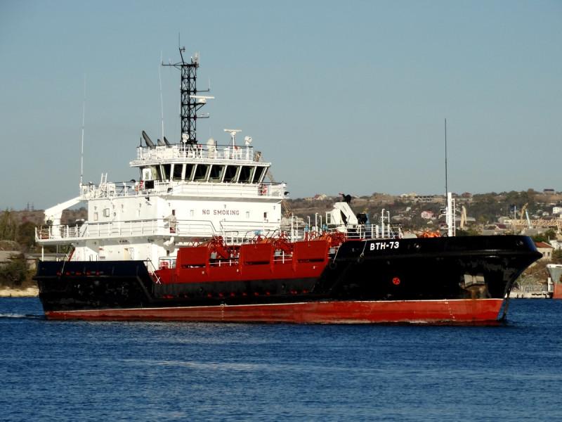 """Судно комплексного портового обслуживания """"ВТН-73"""" проекта 03180. Фото - А.Балабин."""