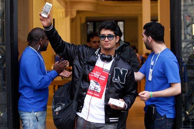 04-apple-iphone-5-goes-on-sale-210912