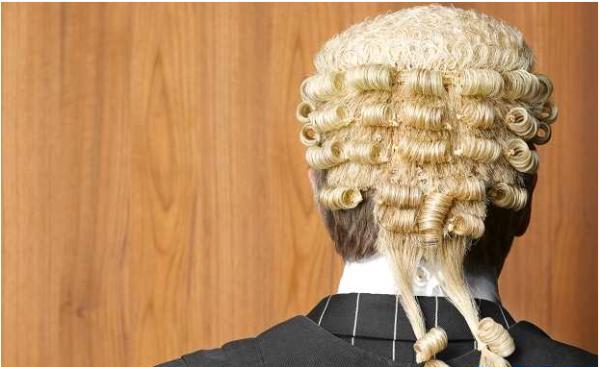 Британца обвинили в краже мобильного телефона в зале суда у собственного адвоката