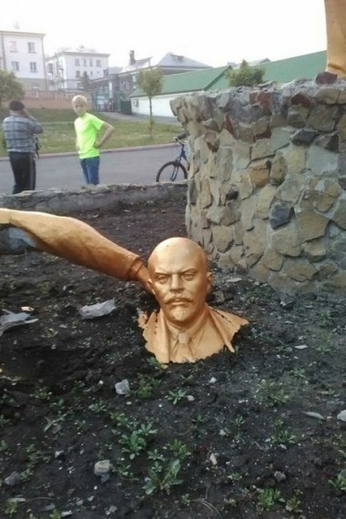 Мужчина сломал памятник Ленину в попытке сделать селфи