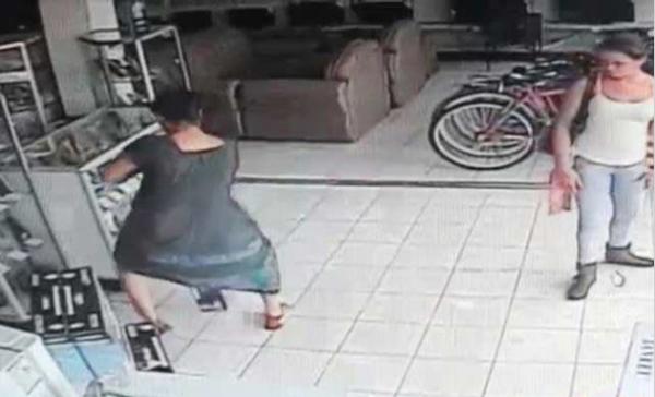 женщина украла телевизор спрятав его под платьем