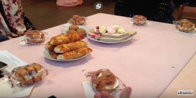 Чиновники угостили инвалидов печеньем, а сами ели красную икру