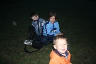 Уставшие дети ждут папу