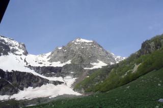 Вид из палатки (справа видно начало взлета на перевал)