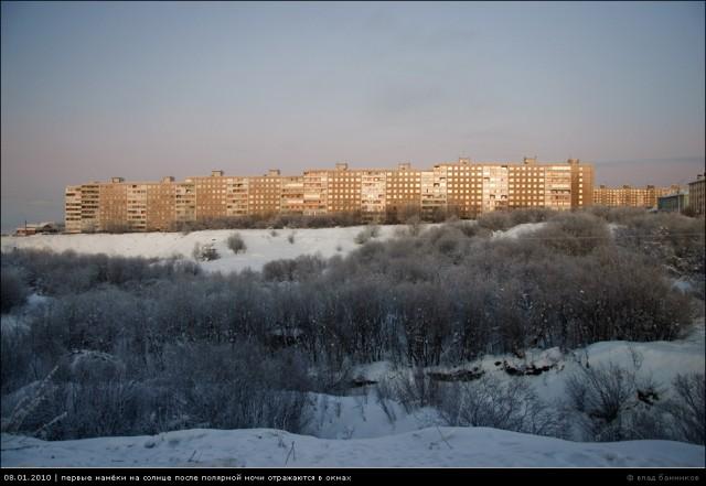 08.01.2010 | первые намёки на солнце после полярной ночи отражаются в окнах