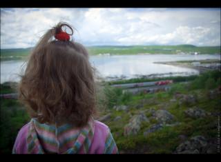 daughter is watchiing an inbound train