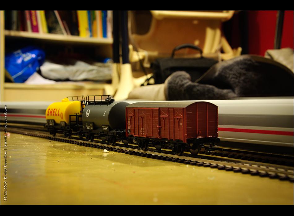 ice3 проносится мимо грузового поезда