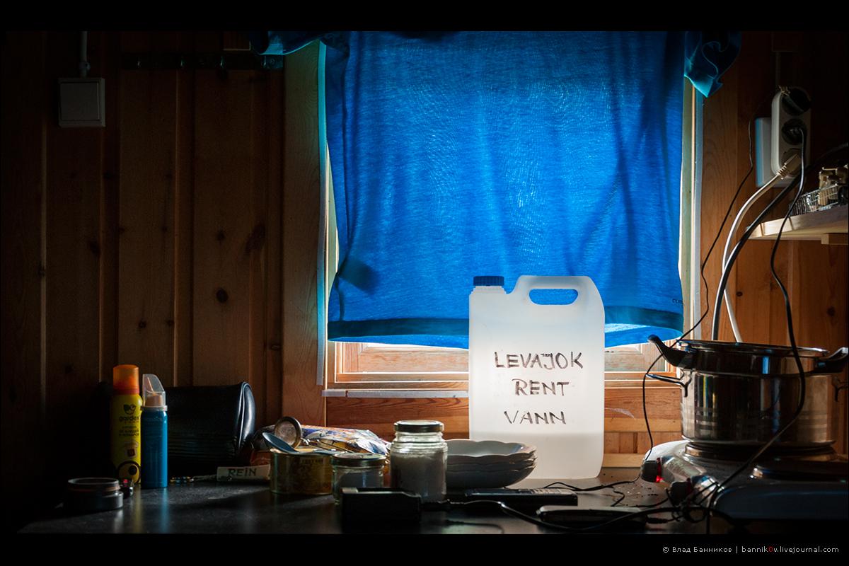 Канистра с питьевой водой на окне
