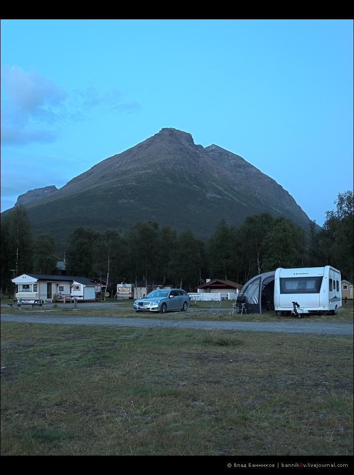 Гора над Ramfjord Camping в сумерках