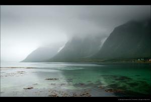 Горы, дождь, фьорд и вода