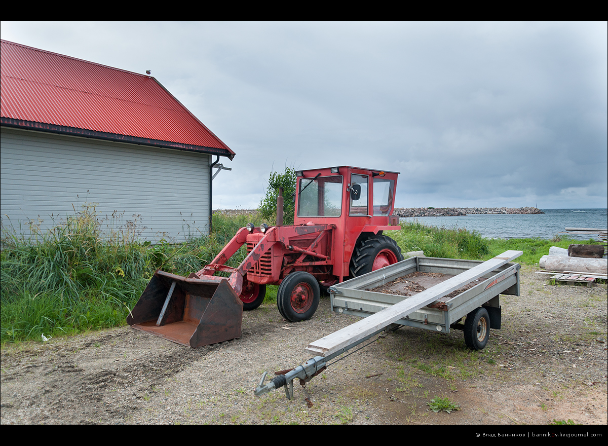 Трактор и прицеп на пляже