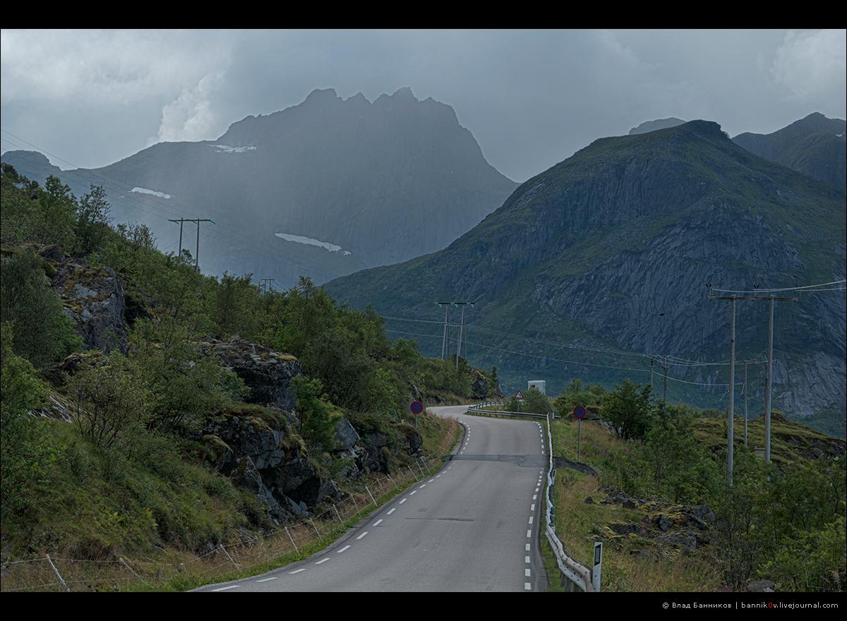 Дорога, горы, тучи