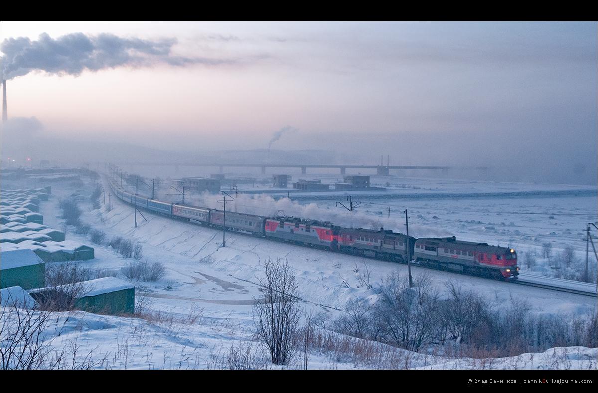 2М62-0837 и ЭП1-002 с 66-м Минск—Мурманск на перегоне Кола—Мурманск