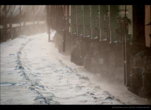 Грузовой и снежная пыль
