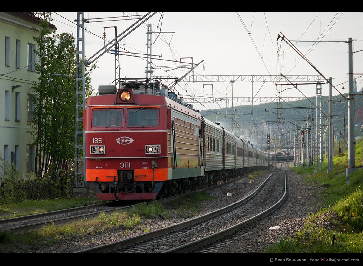 ЭП1-185 с поездом № 91 Мурманск–Москва на 1-м главном пути ст. Мурманск