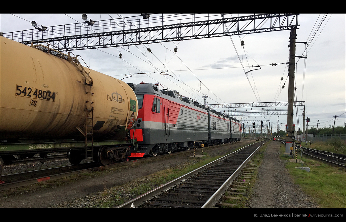 ЭЭС5К-839 с грузовым поездом на 4-м пути ст. Оленегорск (сзади)