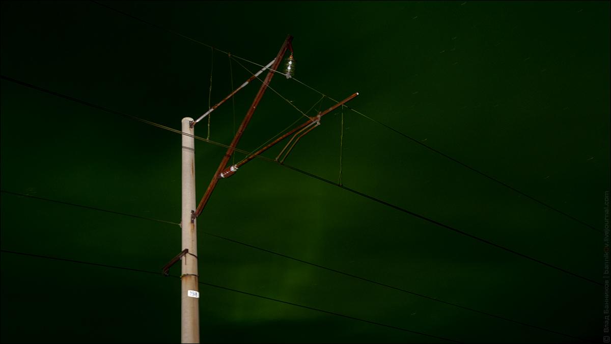 Опора контактной сети и северное сияние