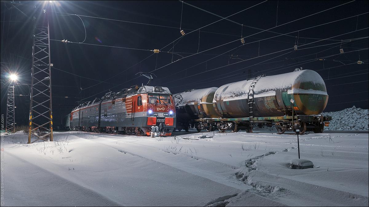 3ЭС5К-890 c грузовым поездом на 4-м пути ст. Выходной