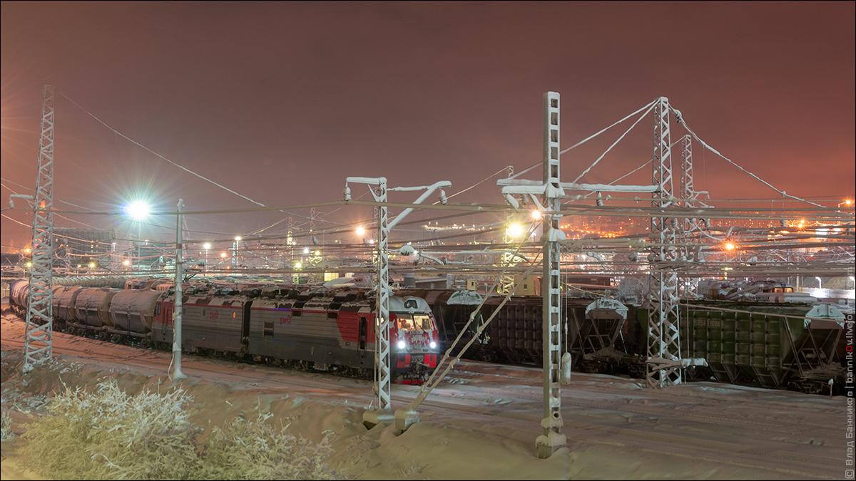 Электровоз 2ЭС5К-372 с грузовым поездом на отправлении с 13-го пути станции Мурманск