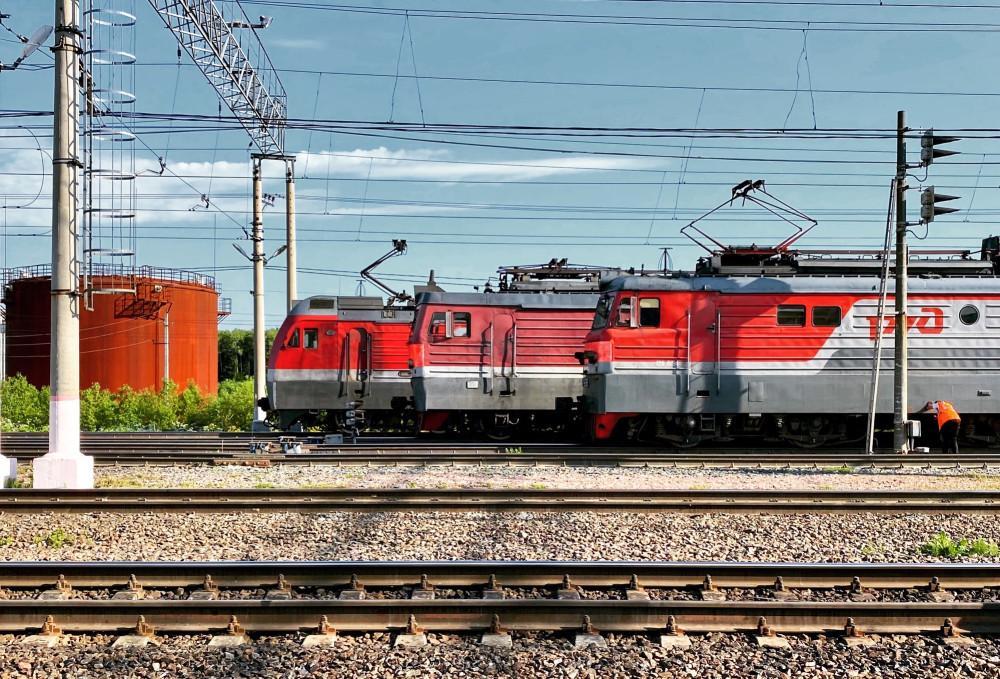 Здесь, на условном юге ОЖД, полно различных локомотивов. На данном фото представлены сразу три серии электровозов постоянного тока (и это не все): 2ЭС4К «Дончак», ВЛ15 (этот — и вовсе легенда) и ВЛ10 (базовая рабочая лошадь, на смену которой пришёл как раз Дончак).