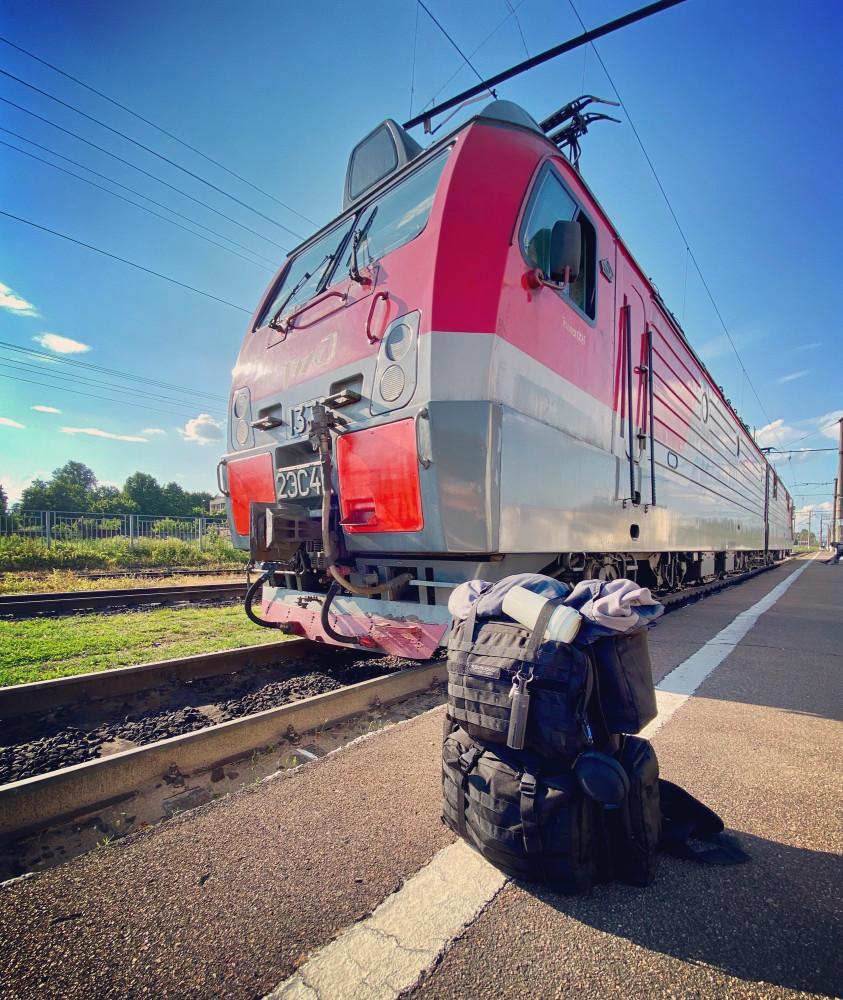Один из моих (в значении «тех, на которых водил поезда») электровозов и мой же рабочий рюкзак. Станция Луга-1. Жарко было в тот день.