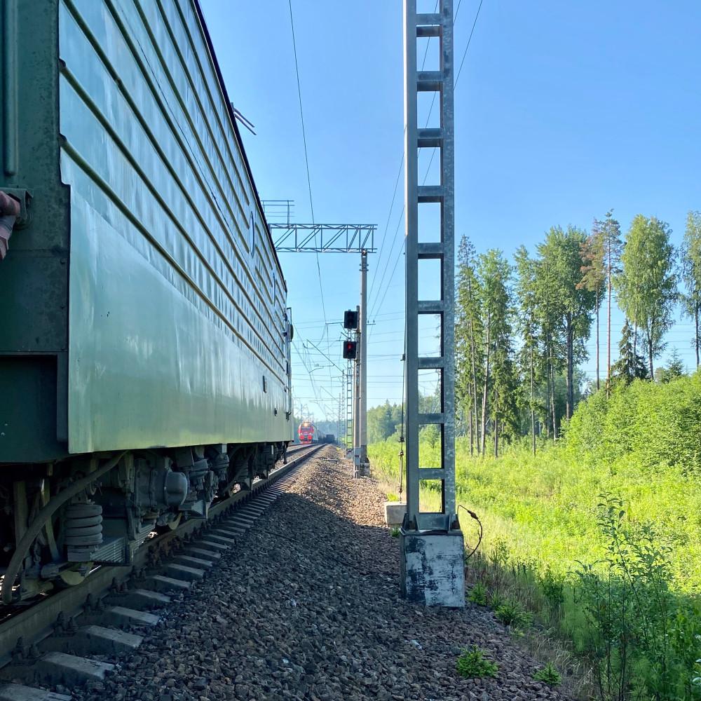Между парками станции Веймарн. Утренняя пробка: впереди стоит поезд. Нет путей приёма/пропуска. Ждём, когда сможем разъехаться один за одним.