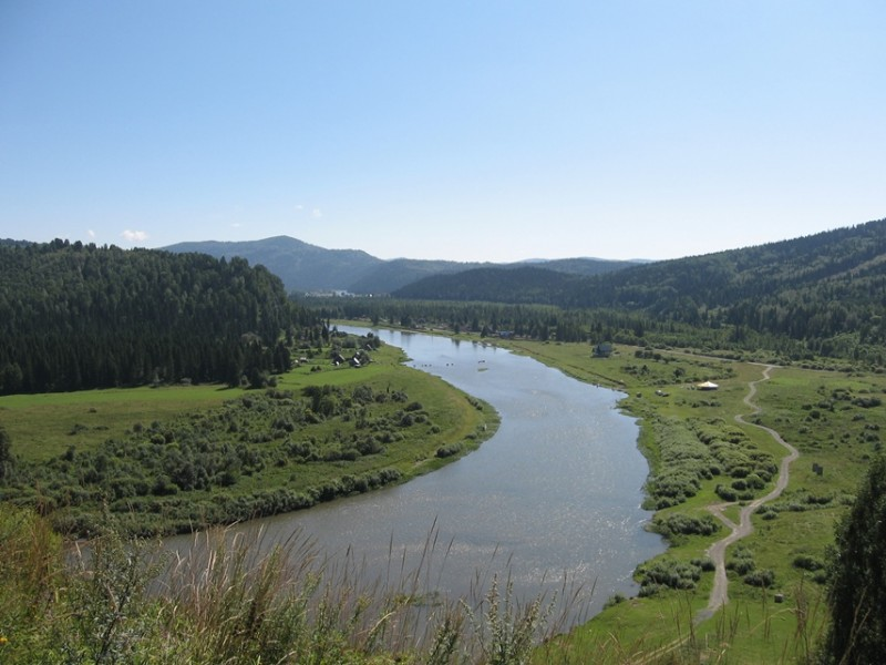 Река Мрассу. Вид с горы. Вдали видны точки на воде. Это лошади переходят реку вброд. Идут друг за дружкой.