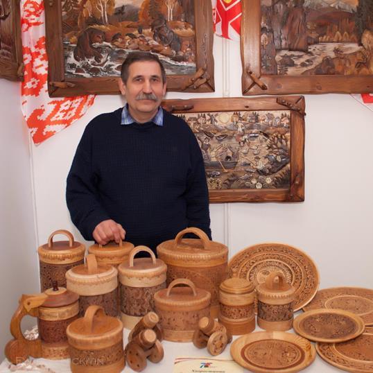 Мастер-берестянщик Виктор Хворостинин со своим работами, г. Березовский.