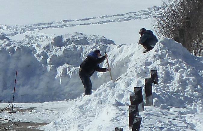 P1060886-2-чистит снег1